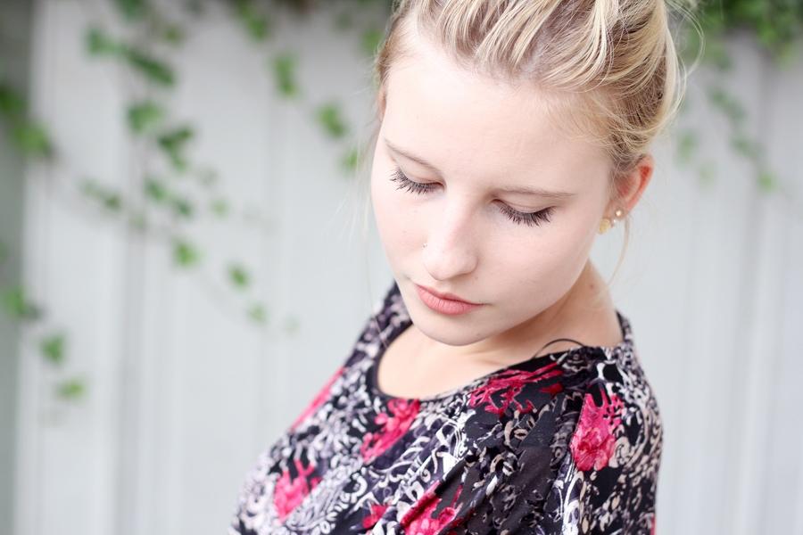 outfit-bordaux-selfie-blonde-face-detail