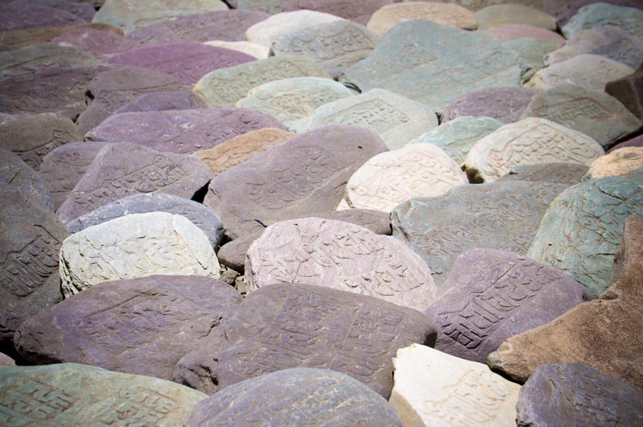 Стена из камней с мантрами.. Монастыри Ладакха (Монастыри малого Тибета) © Kartzon Dream - авторские путешествия, авторские туры в Ладакх, тревел фото, тревел видео, фототуры