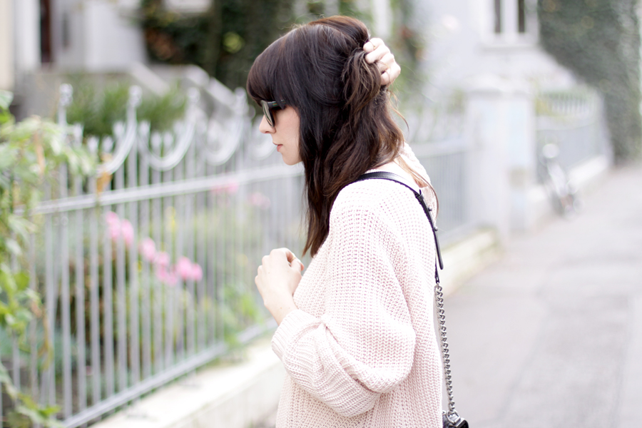pink oversized pullover chanel le boy bag gucci sunglasses autumn fall outfit ootd styling fashion blogger germany modeblogger ricarda schernus CATS & DOGS 4