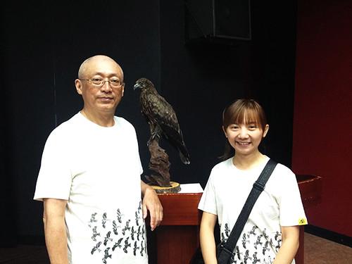 林惠珊(右)與恩師「老鷹先生」沈振中(左),背後的標本就是白三號。攝影:洪孝宇 解密黑鳶之危 環境用藥是原因