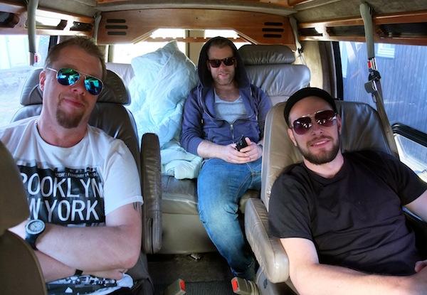 Gitarist Dag Arve Sandnes, vokalist Gaute Lein Ausrød og trommis Frode Flatland, slik dei har nytta mange timar - i bilen.