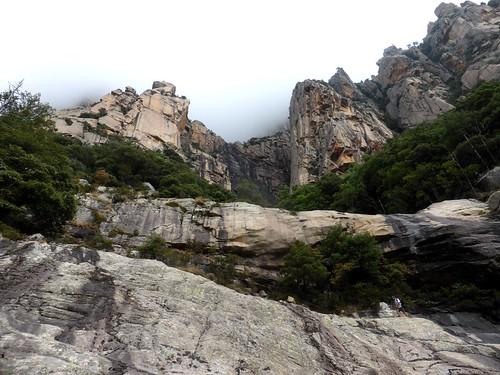 Dans le contournement de la Grande Cascade, l'amphithéâtre rocheux et le ruisseau d'U Candelli
