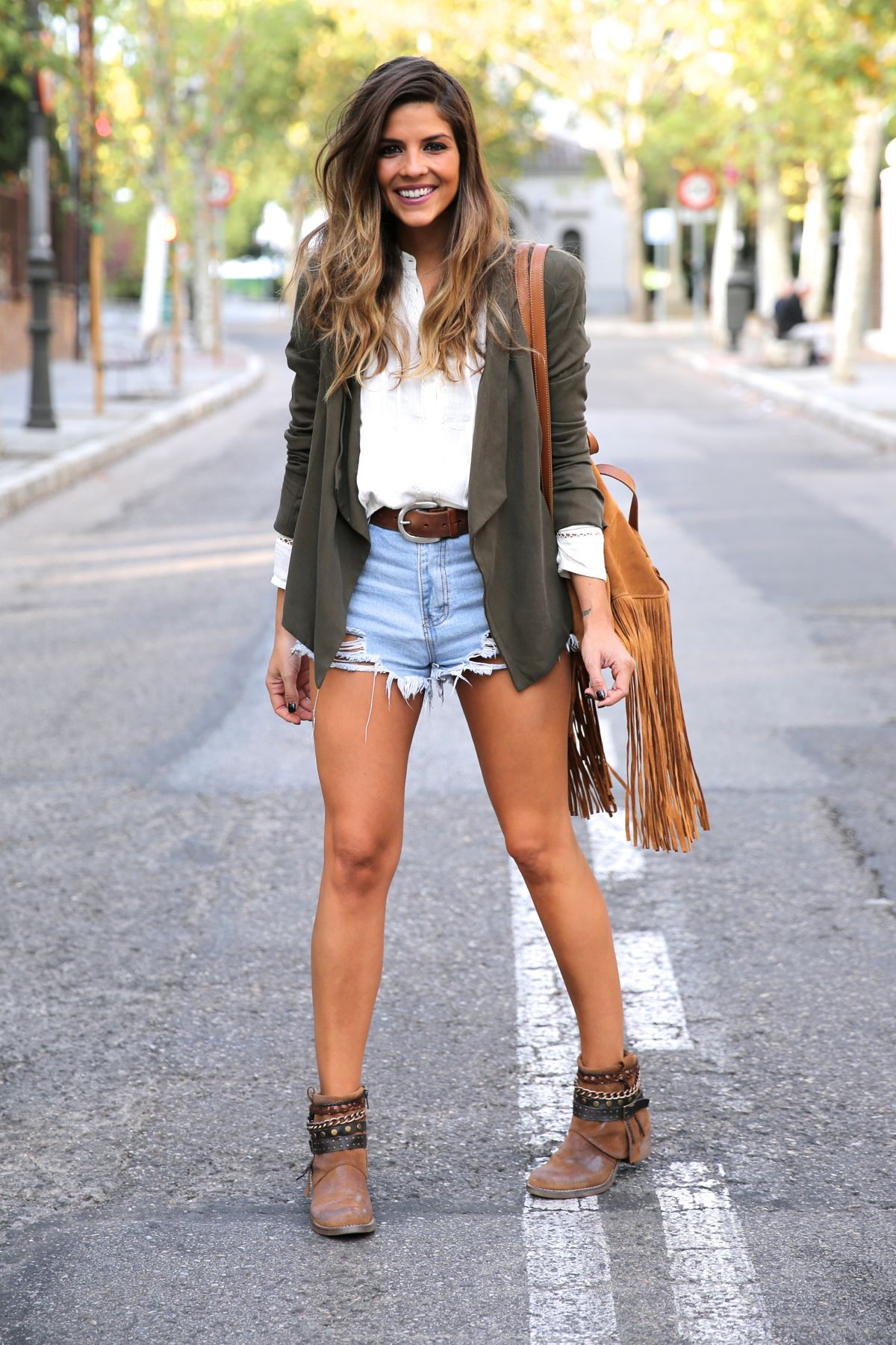 trendy_taste-look-outfit-street_style-ootd-blog-blogger-fashion_spain-moda_españa-boho-hippie-flecos-botines_camperos-cowboy_booties-mochila-backpack-blusa-camisa-denim-shorts-vaqueros-13
