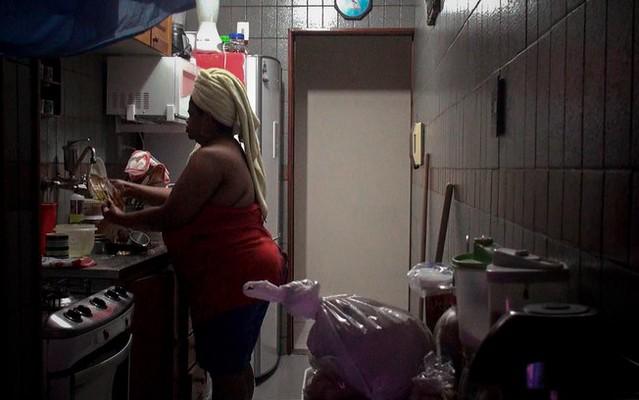 """Cena do documentário de Gabriel Mascaro """"Doméstica"""", que investiga dinâmica da profissão e sua presença nos lares brasileiros - Créditos: Reprodução"""