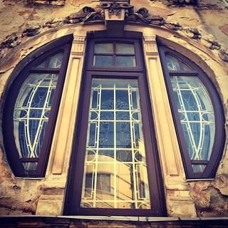 Negustori colț cu Paleologu. #streetphotography  #bucharest #windows #rusty #old