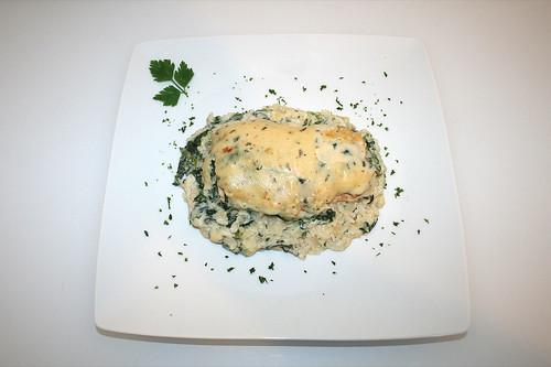 40 - Überbackener Wildlachs auf Blattspinat - Serviert / Scalloped wild salmon on leaf spinach - Served