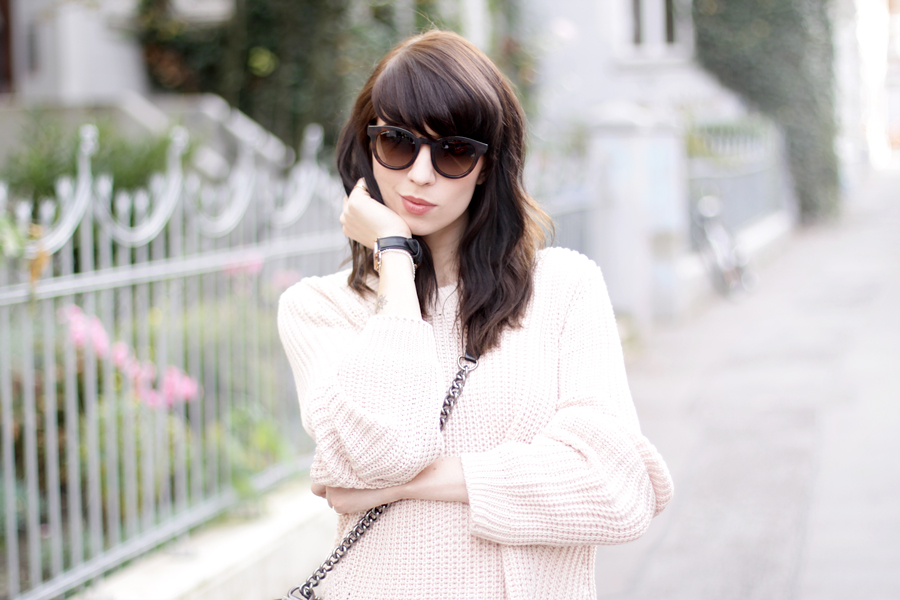 pink oversized pullover chanel le boy bag gucci sunglasses autumn fall outfit ootd styling fashion blogger germany modeblogger ricarda schernus CATS & DOGS 1