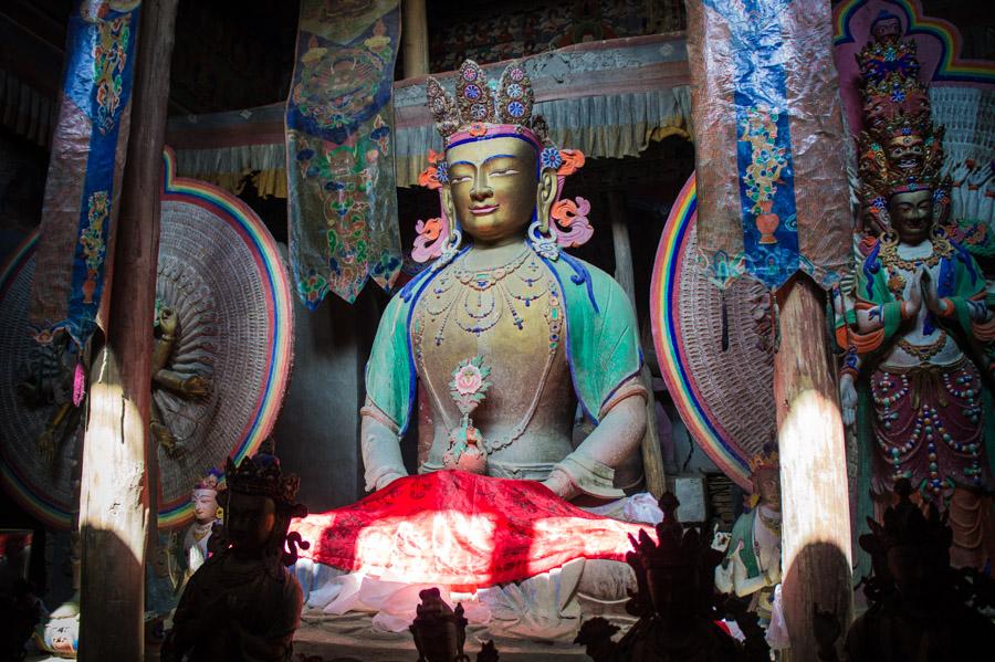 Очень красивая статуя Майтреий в монастыре. Монастыри Ладакха (Монастыри малого Тибета) © Kartzon Dream - авторские путешествия, авторские туры в Ладакх, тревел фото, тревел видео, фототуры