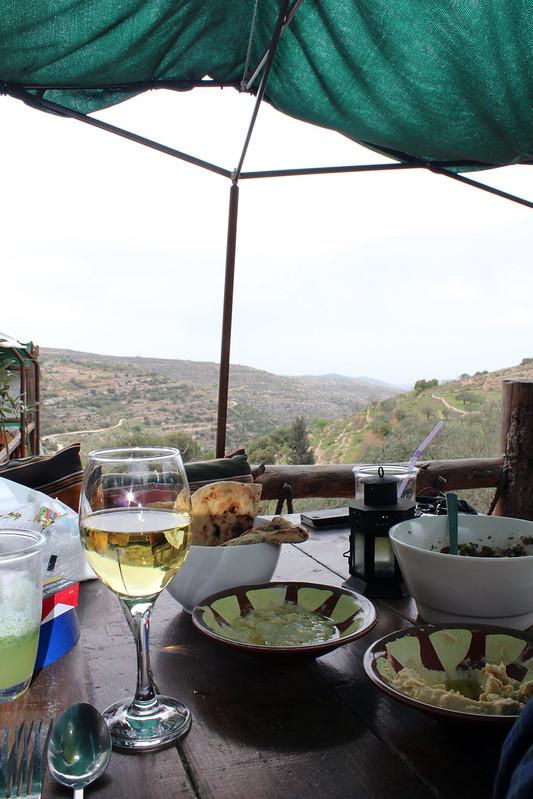 Leckeres Essen und leckerer palästinensischer Wein