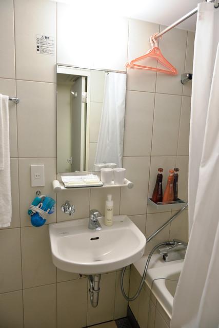 【京都塔飯店浴室】中規中矩的洗臉台,吹風機擺在一旁