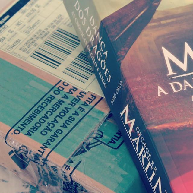 """#desafioprimeira 25- Comprei: qual foi sua última compra? Comprei pelo site submarino ( mês passado ) o livro """"A dança dos Dragões""""."""