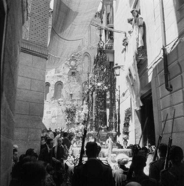 Procesión del Corpus Christi en la calle Alfileritos en los años 50. Fotografía de Francesc Catalá Roca © Arxiu Fotogràfic de l'Arxiu Històric del Col·legi d'Arquitectes de Catalunya. Signatura B_4351_356