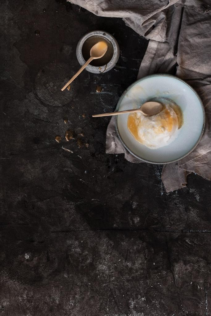 Sorvete de leite de côco com syrup de lima e mel