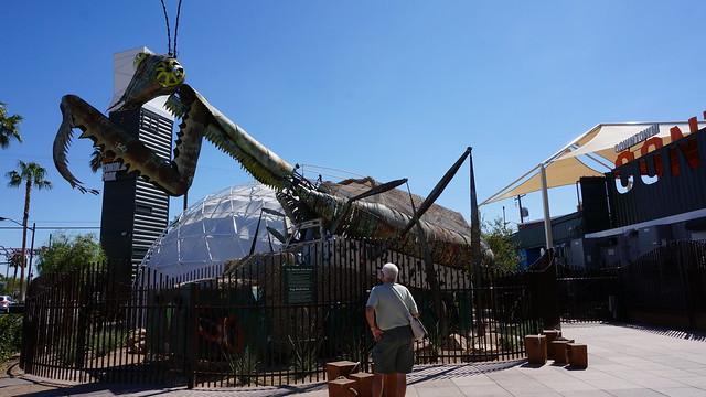 사막에서 열리는 버닝맨의 작품이 컨테이너 파크 앞에 전시되어 있다 (CC BY-SA / @Jennifer)