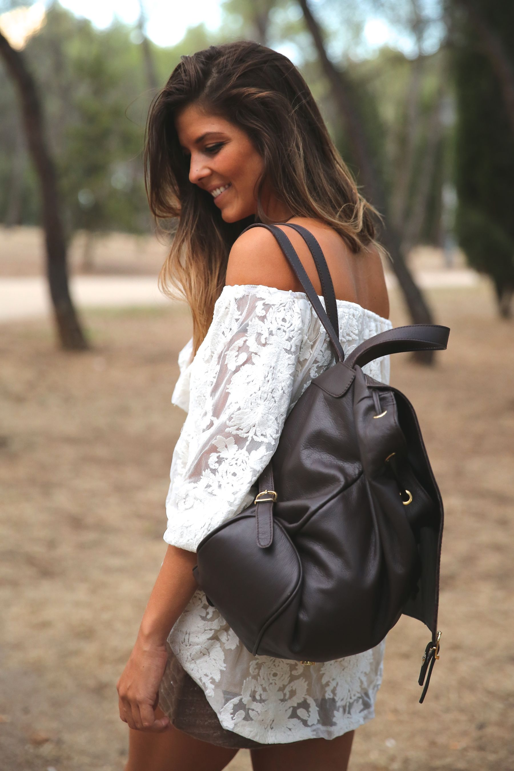 trendy_taste-look-outfit-street_style-ootd-blog-blogger-fashion_spain-moda_españa-primavera/verano-boho-trendy-planes_de_día-lentejuelas-falda-botines-étnico-mochila-crochet-encaje-3
