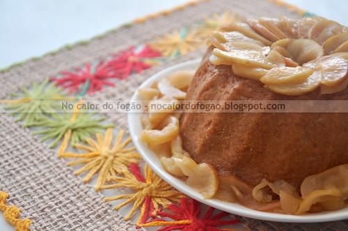 Bolo de mel com maçãs carameladas