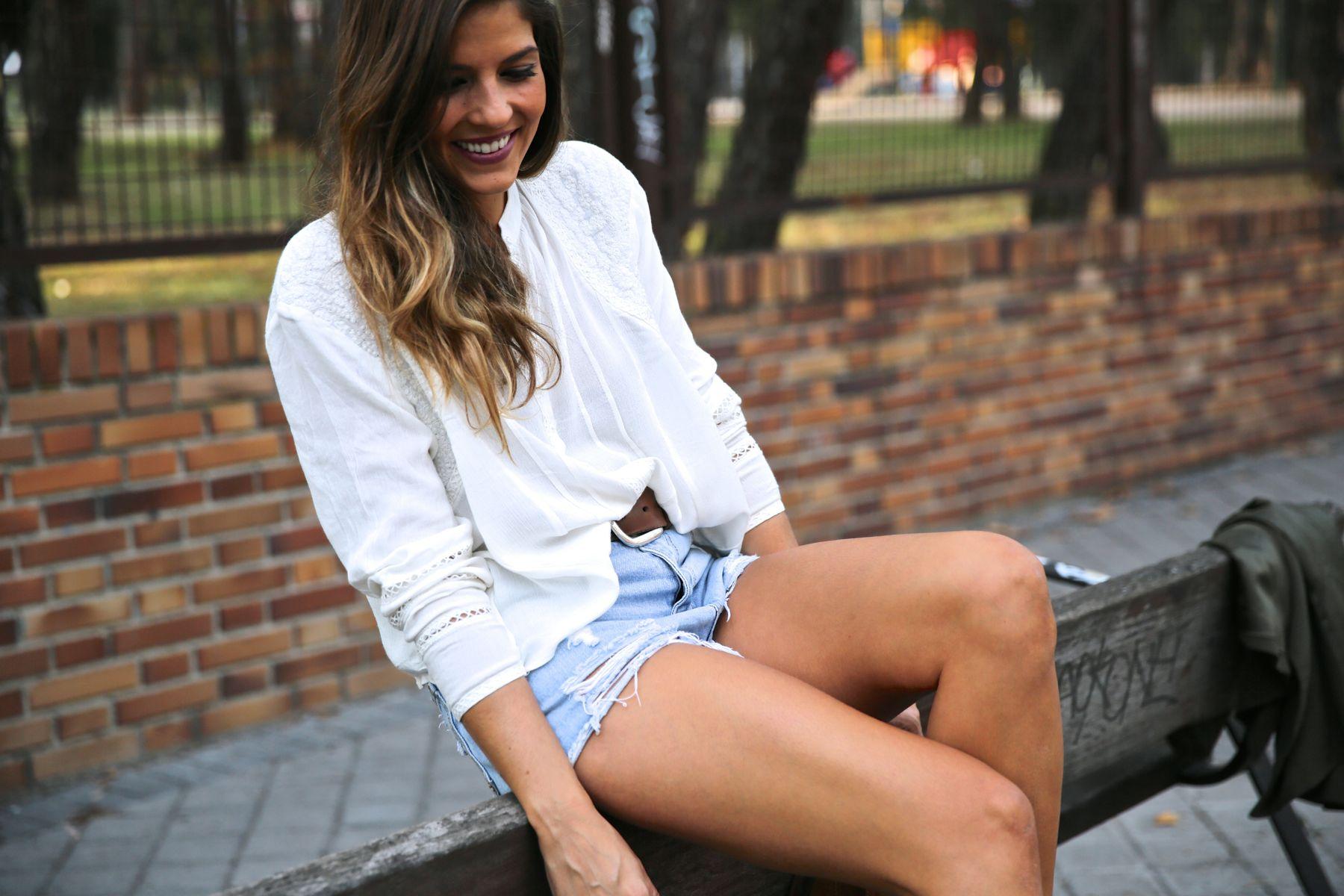 trendy_taste-look-outfit-street_style-ootd-blog-blogger-fashion_spain-moda_españa-boho-hippie-flecos-botines_camperos-cowboy_booties-mochila-backpack-blusa-camisa-denim-shorts-vaqueros-3