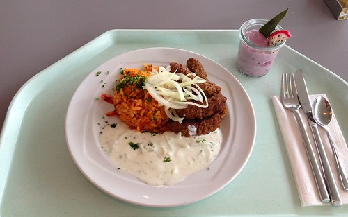 Cevapicici mit frischen Zwiebeln, Tzatziki & Djuvecreis / Cevapcici with onion, tzatziki & tomato rice