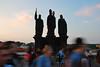 Praga, los tres de piedra viendo  pasar a la gente y al tiempo