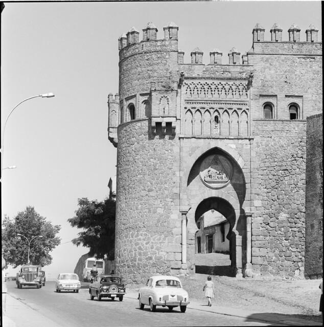 Puerta del Sol en los años 50. Fotografía de Francesc Catalá Roca © Arxiu Fotogràfic de l'Arxiu Històric del Col·legi d'Arquitectes de Catalunya. Signatura B_13536_1152