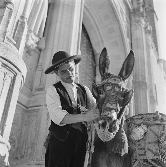 Vendedor de cerámica en San Juan de los Reyes en los años 50. Fotografía de Francesc Catalá Roca © Arxiu Fotogràfic de l'Arxiu Històric del Col·legi d'Arquitectes de Catalunya. Signatura B_5711_469