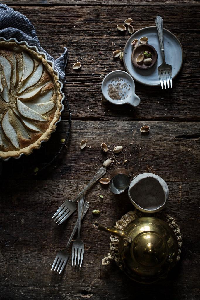 """梨,开心果,素馨蛋白馅饼从""""顶部用肉桂""""食谱"""