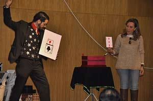 Magia en el escenario con mago actuando