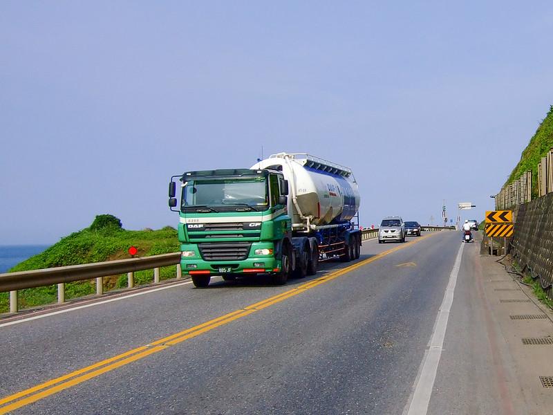 042-2號省道往前繼續騎,來往的卡車很多-2