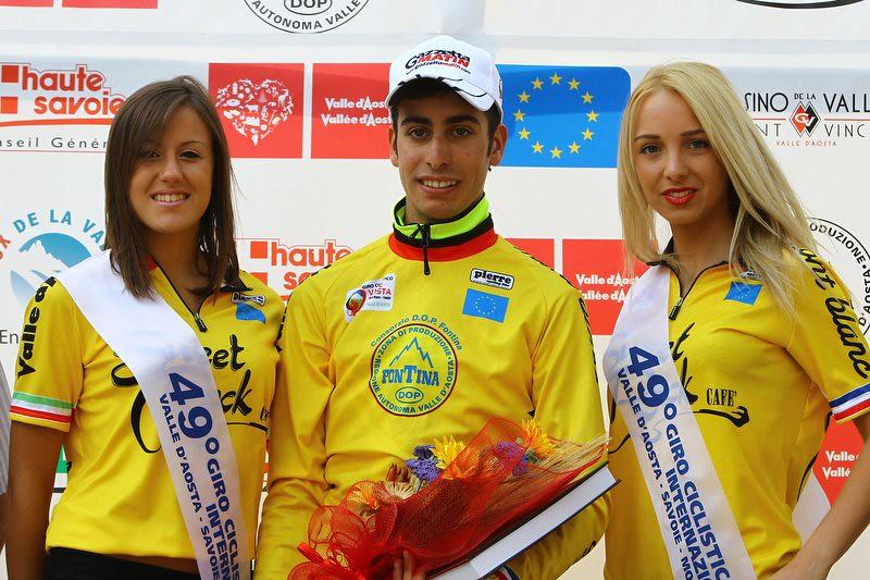 Fabio Aru sul palco delle premiazioni al Giro della Valle d'Aosta 2012