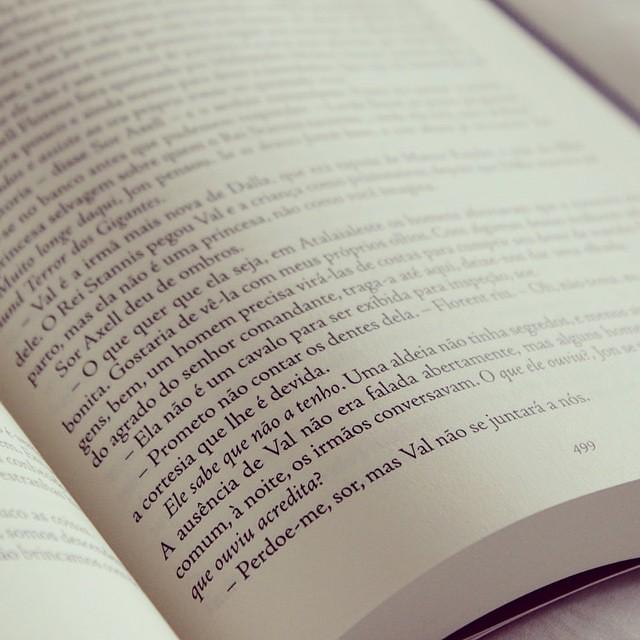 """#desafioprimeira 24- Lendo hoje: na real eu já terminei de ler semana passada o livro 5 das """" Crônicas de Gelo e Fogo"""" A Dança dos Dragões.  Valeu muito a pena ler toda a série de livros."""