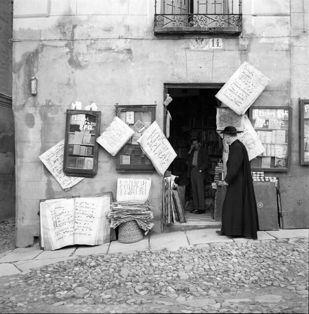 Librería anticuaria Balaguer frente a la Puerta de los Leones en los años 50. Fotografía de Francesc Catalá Roca © Arxiu Fotogràfic de l'Arxiu Històric del Col·legi d'Arquitectes de Catalunya. Signatura B_8571_713