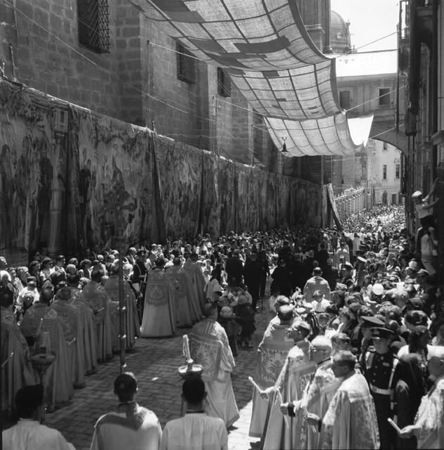 Procesión del Corpus Christi en los años 50. Fotografía de Francesc Catalá Roca © Arxiu Fotogràfic de l'Arxiu Històric del Col·legi d'Arquitectes de Catalunya. Signatura B_4355_356