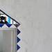 Mur blanc et triangles bleus by Photésie