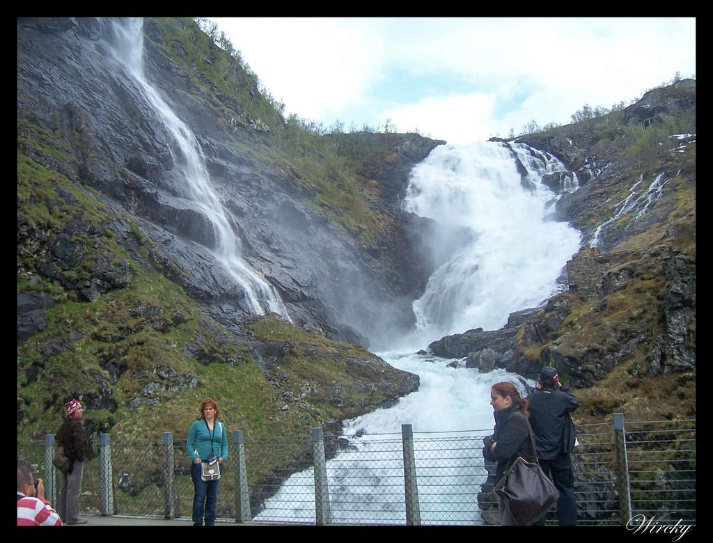 Fiordos noruegos glaciar Boyabreen túnel de Laerdal tren de Flam - Cascada Kjosfossen