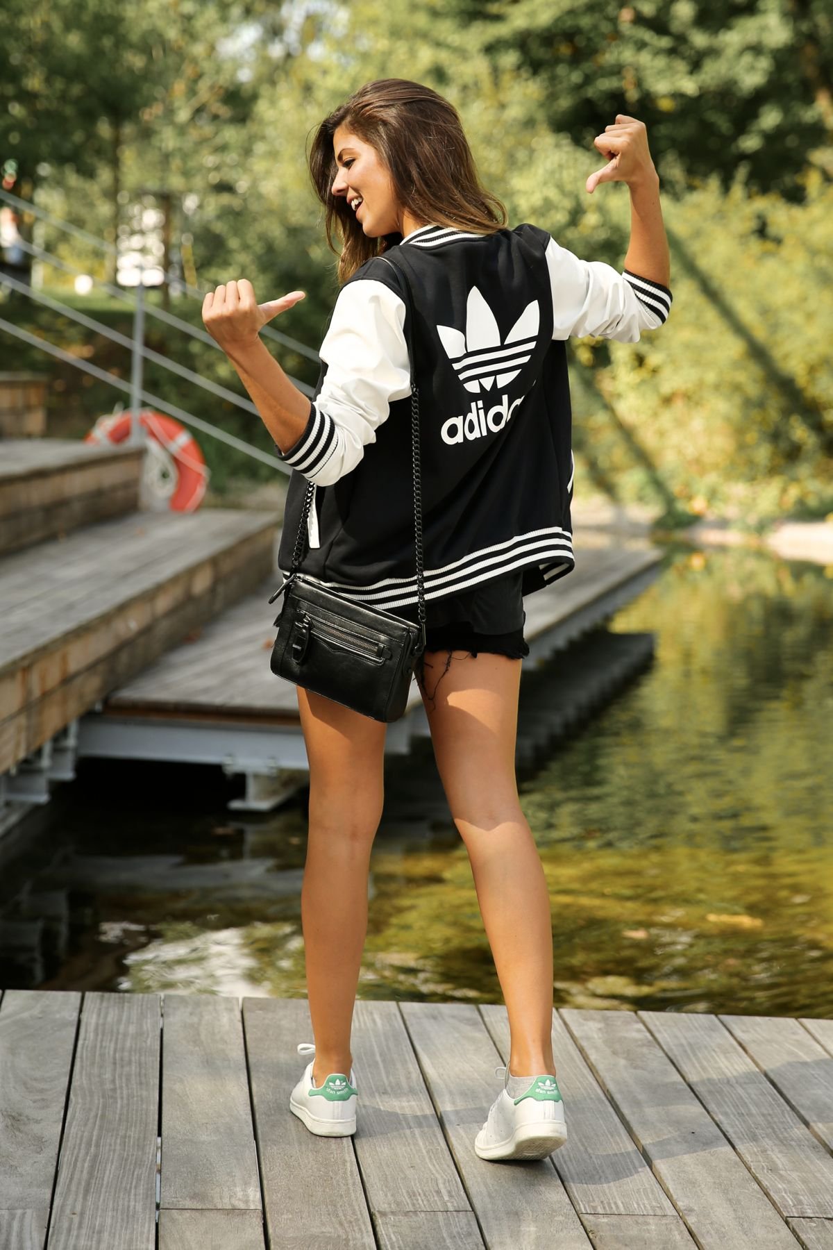 trendy_taste-look-outfit-street_style-ootd-blog-blogger-fashion_spain-moda_españa-stan_smith-adidas-herzo-sport_chic-baseball-chaqueta-shorts-9