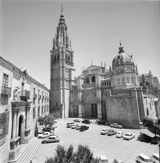 Plaza del Ayuntamiento y Catedral de Toledo en los años 50. Fotografía de Francesc Catalá Roca © Arxiu Fotogràfic de l'Arxiu Històric del Col·legi d'Arquitectes de Catalunya. Signatura B_13521_1150