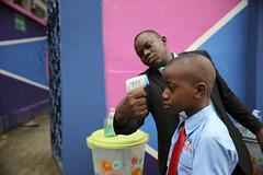 Escaner de temperatura de la pupila para detectar consumo de drogas en alumnos Ingreso a la escuela en Lagos, Nigeria http://ift.tt/1x0ciYw