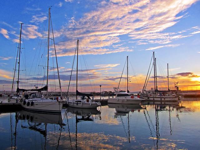 Atardecer en el puerto de Marbella, España.