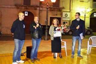 L'Associzione IMoturi consegna un riconoscimento a mamma Assunta