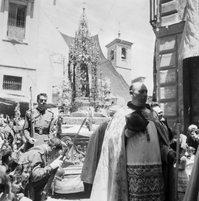 Procesión del Corpus Christi en los años 50. Fotografía de Francesc Catalá Roca © Arxiu Fotogràfic de l'Arxiu Històric del Col·legi d'Arquitectes de Catalunya. Signatura B_4337_355