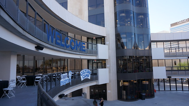 포스 본사는 원형 경기장의 형태로 중앙에 넓은 공간에서 자포스지원, 지원사람들을 초대해서 파티를 열기도 한다고 한다.  (CC BY-SA @jennifer)