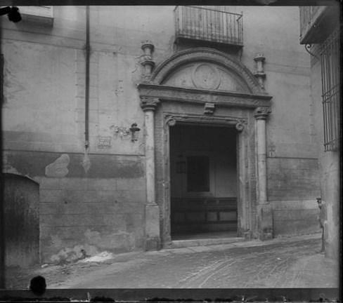 Portada del Hospital de Don Diego de Bálsamo (hoy Correos) hacia 1915. Fotografía de Aurelio de Colmenares y Orgaz, Conde de Polentinos Ⓒ Fototeca del IPCE, Ministerio de Educación, Cultura y Deporte. Signatura DCP-A-2268_P
