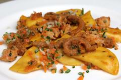 Mezzelune di patate ripiene con scampi, piccole verdure, trippa di vitello e menta