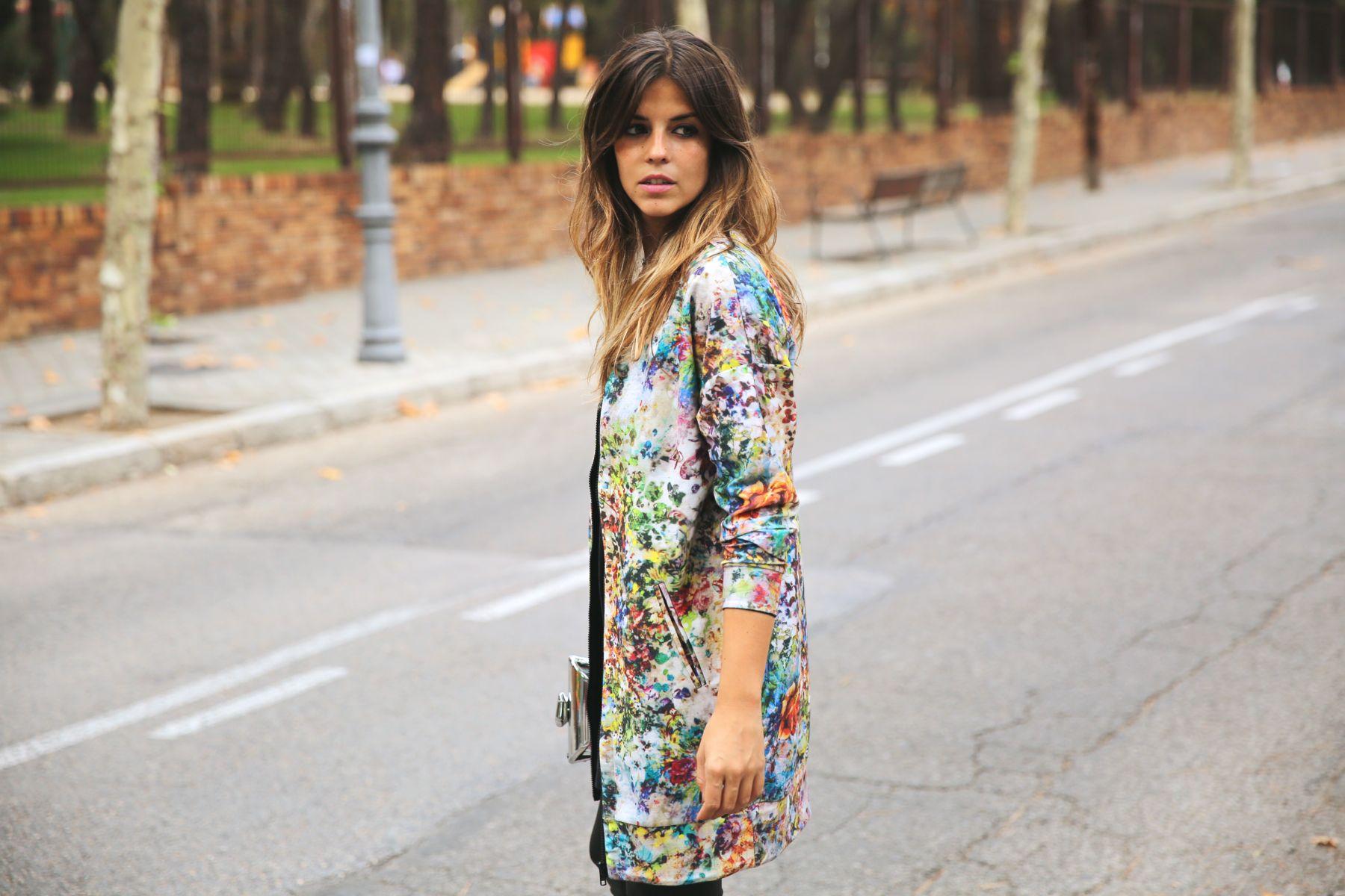 trendy_taste-look-outfit-street_style-ootd-blog-blogger-fashion_spain-moda_españa-leggings-bomber-cazadora-estampado_flores-flower_print-mas34-stiletto-estiletos-basic_tee-camiseta_basica-sport_chic-10