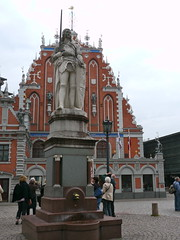 Riga, Lettonie: la Maison des Têtes noires (Melngalvju nams en letton) et la statue de Roland