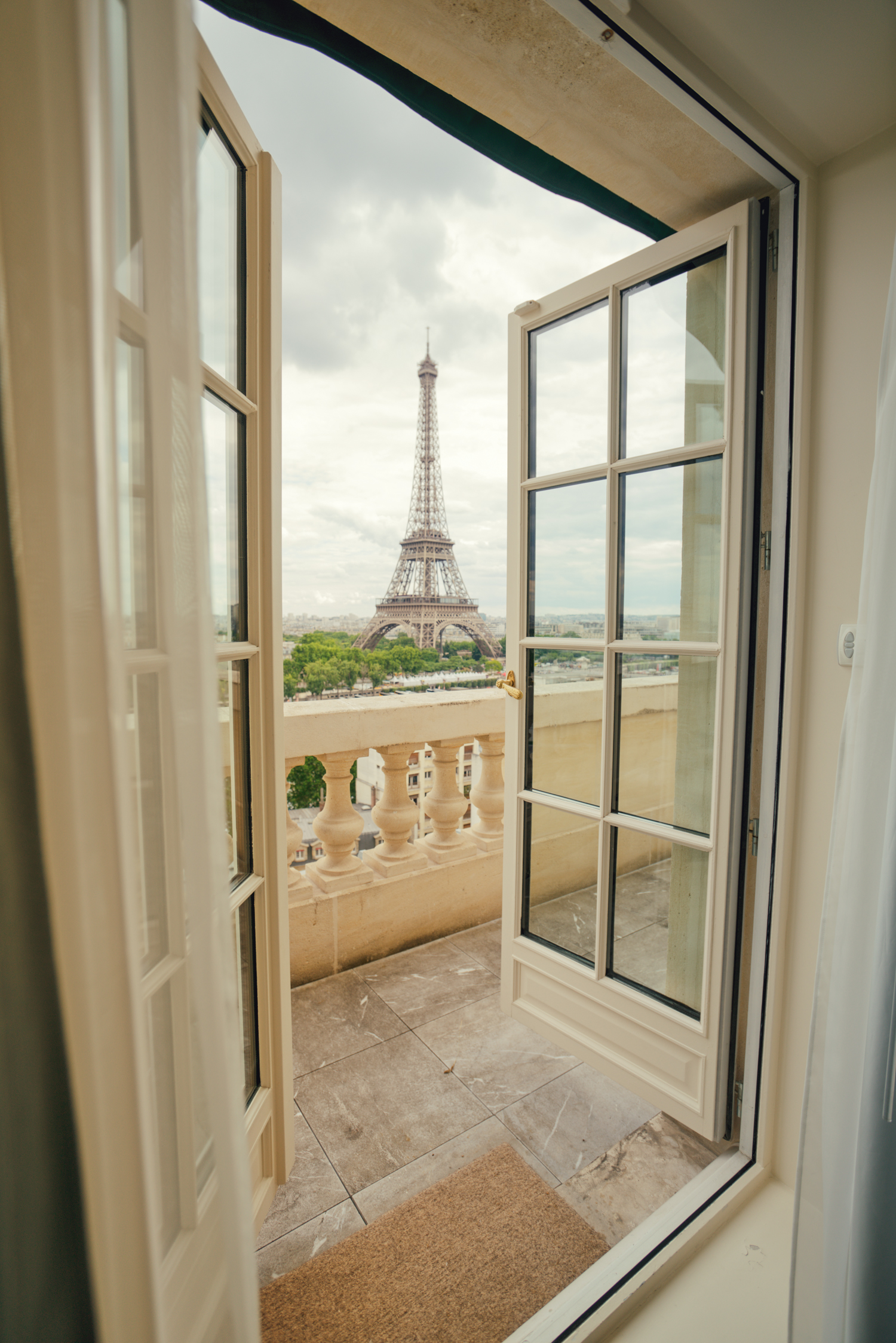Shangri la hotel paris room view of eiffel tower for Terrace eiffel tower view room shangri la