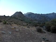 La cabane-bergerie de l'arrivée du Logoniellu, la pointe 673m en RD, la crête de Cima di u Finellu, le massif du Traunatu