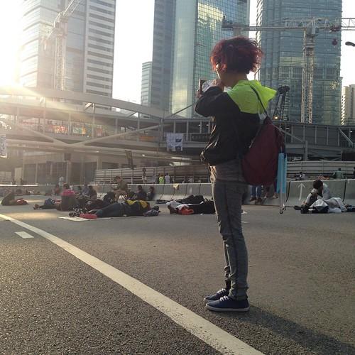 20141006早上,金鐘 謝謝我的留守buddy,神智不清也一起分類回收,教如何同學設立更有效的回收站。同學們太可愛。前面的路誰又能確定,我們天天面對新的困難,我們天天守住捱過去。太陽昇起,我總是想要面向光明。  #hkig #hkstrike #hkclassboycott #hkstudentstrike #umbrellamovement #umbrellarevolution #fightfordemocracy