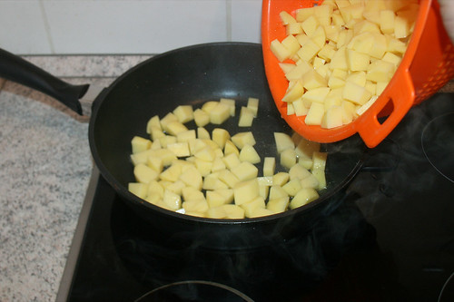 55 - Kartoffelwürfel in Pfanne geben / Add potatoes to pan