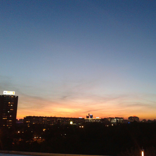 Auringonlasku ostarin kattoterassilta